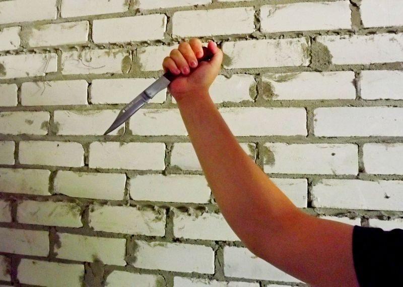 Волгоградец во дворе дома пырнул ножом распивающего спиртное мужчину