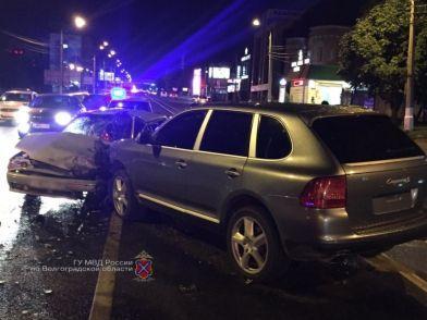 В Волгограде столкнулись иномарка и ВАЗ: есть пострадавший