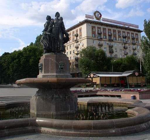 В центре Волгограда накрышах «сталинских» домов демонтируют рекламные конструкции