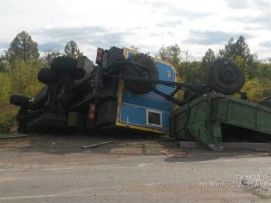Под Волгоградом легковушка врезалась в КАМАЗ: один человек погиб, двое пострадали
