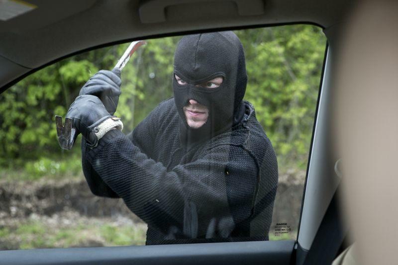 Двоих безработных молодых людей задержали за кражу из авто