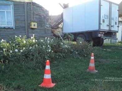 В Светлоярском районе водитель на грузовике протаранил жилой дом