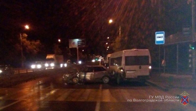 В Волгограде водитель легковушки устроил тройное ДТП с двумя маршрутками