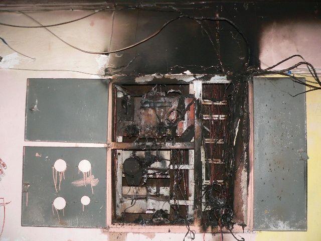 На юге Волгограда в многоэтажном доме тушили электрощит