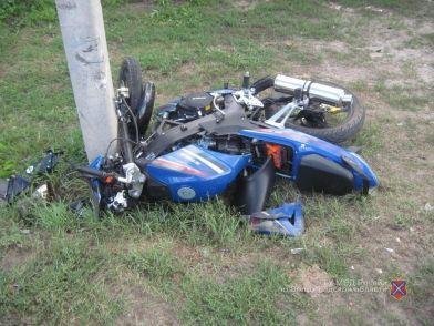 Под Волгоградом легковушка протаранила мотоцикл: пострадали двое молодых парней