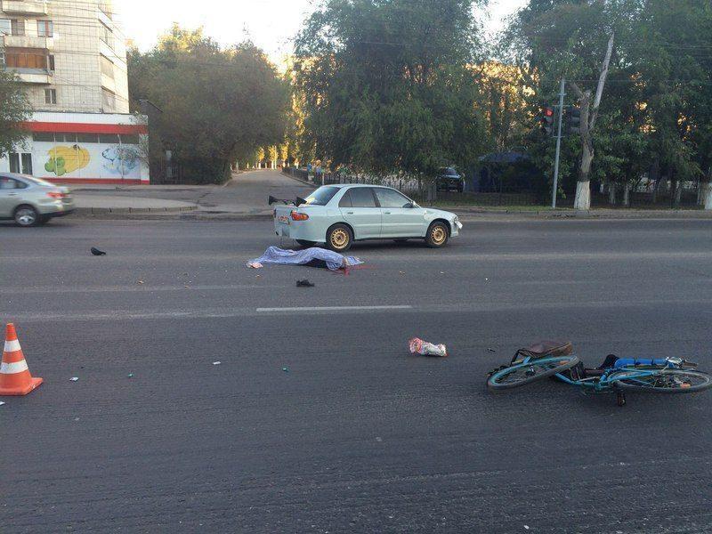 В Волгограде велосипедист на пустой дороге погиб под колесами легковушки