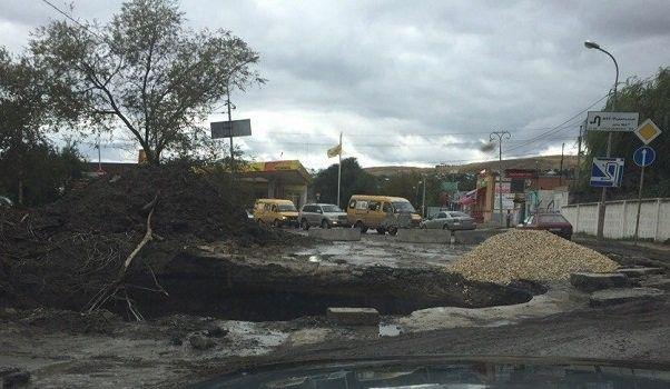 Пятиметровая яма на юге Волгограда грозит трагедией
