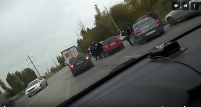 Более 20 полицейских проверяют водителей на Электролесовской