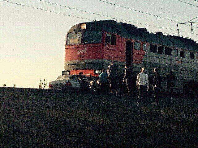 В Астраханской области столкнулись легковушка и поезд