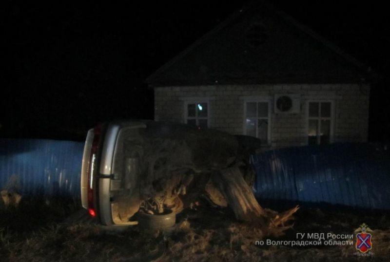 Ночной лихач влетел в забор жилого дома