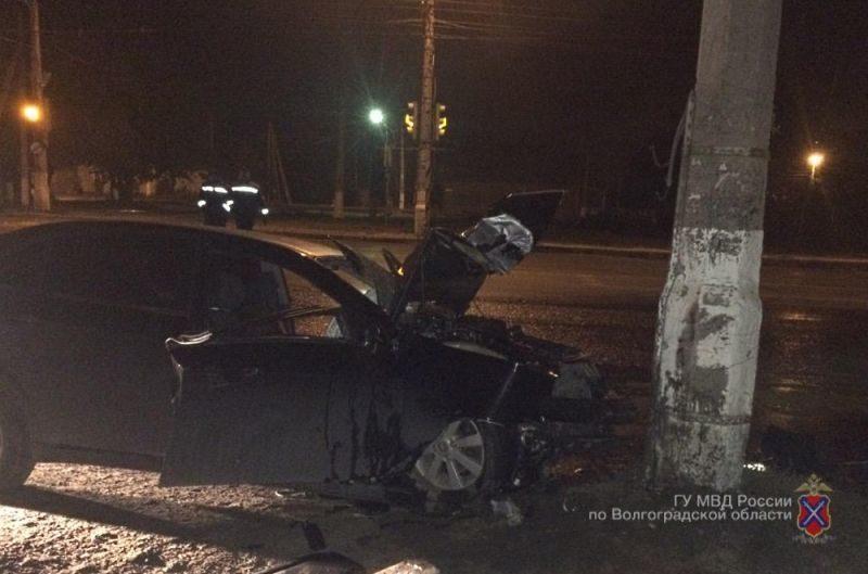 В Волгограде 30-летний водитель иномарки погиб после наезда на столб