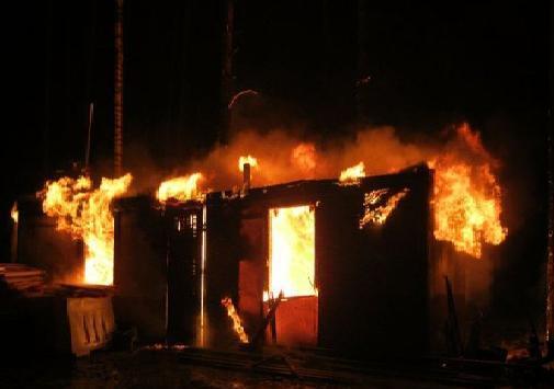 Под Волгоградом при пожаре в металлическом вагончике сгорел мужчина