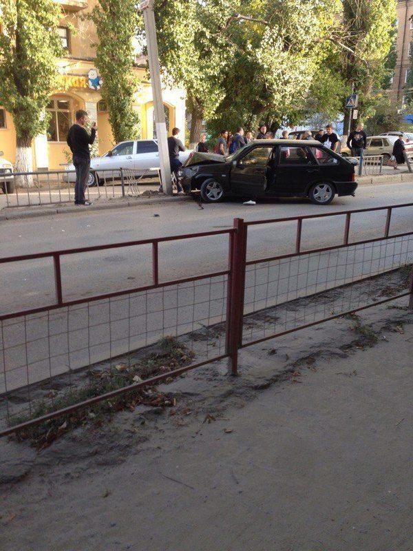 В Волгограде лихач влетел в столб, едва не задев пешеходов