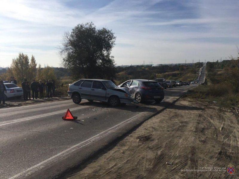 На севере Волгограда 19-летняя автоледи устроила ДТП: есть пострадавшие