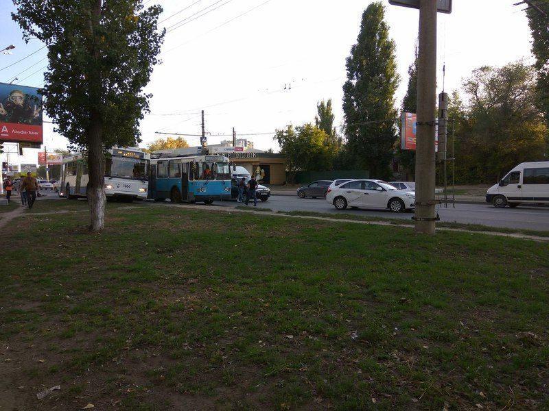 В Дзержинском районе столкнулись троллейбус и три легковых авто