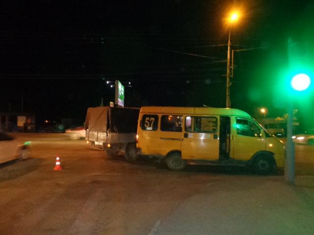 В Волгограде УАЗ протаранил маршрутку с пассажирами