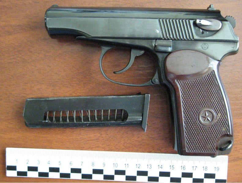 Бывший уголовник украл у военного оружие