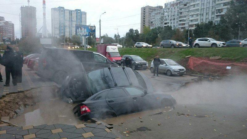 В Самаре две машины провалились в яму на дороге