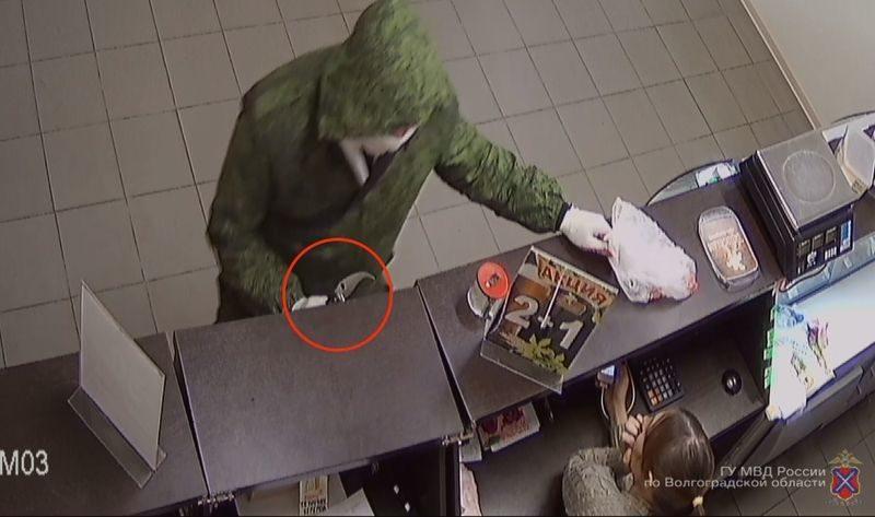 Монтажник из Фролово похитил деньги из сейфа в магазине