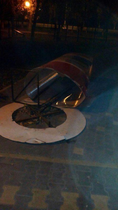 В парке 30-летия Победы вандалы сломали литературный стенд
