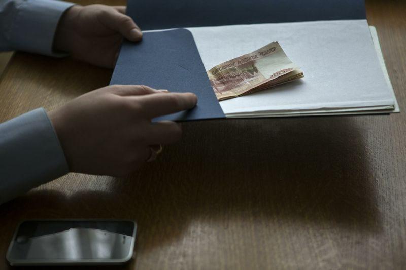 Житель Палласовки попытался откупиться от судебных приставов
