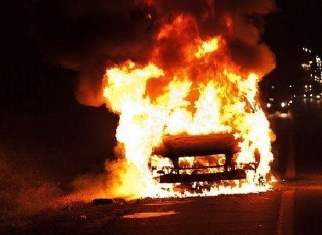 В Волгограде после ДТП сгорел автомобиль с людьми