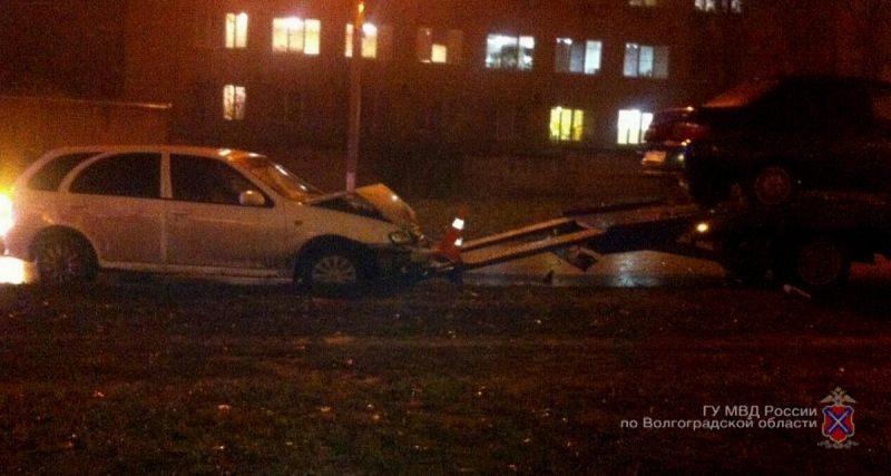 В Волгограде иномарка протаранила эвакуатор, сбила его водителя и скрылась