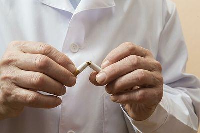 Врачи-курильщики могут лишиться работы