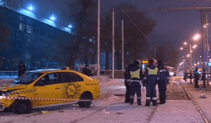 В Москве такси сбило людей на остановке