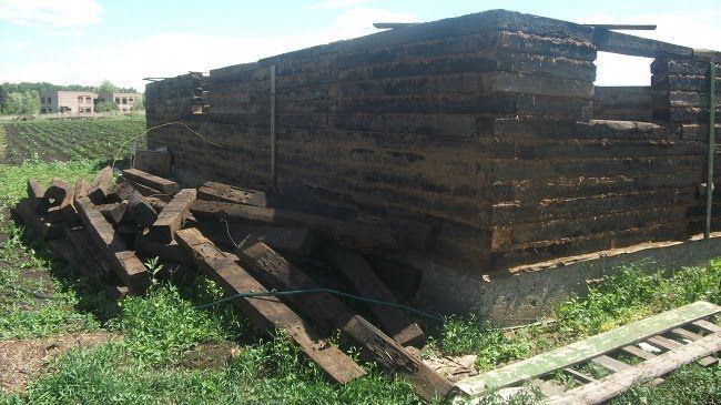 Чиновники поселили сироту в сарай из железнодорожных шпал