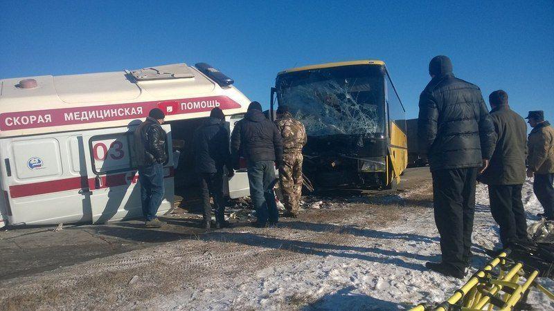 Под Волгоградом произошло лобовое столкновение автобуса и скорой помощи. ФОТО