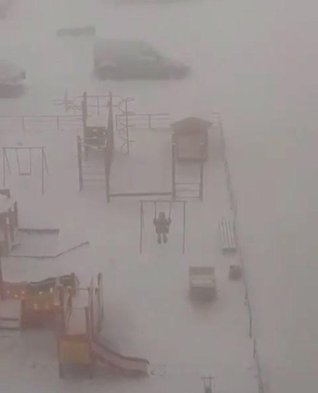 Суровые якутские дети катаются на качелях в -45