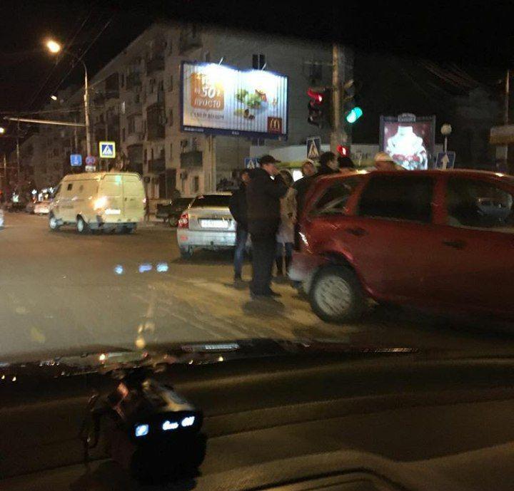 Неизвестный водитель спровоцировал двойную аварию и скрылся с места происшествия