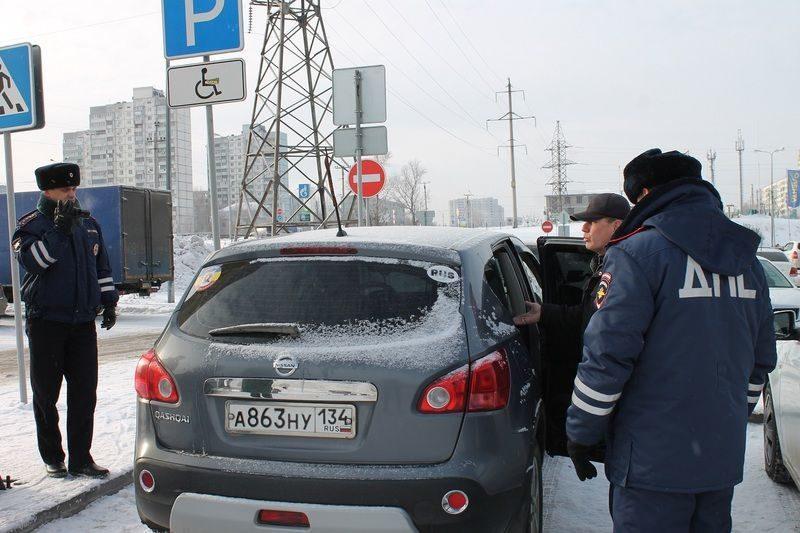 Волгоградцы массово нарушают правила парковки на местах для инвалидов