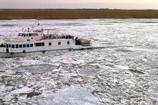 В Волго-Каспийском канале вмерзли в лед два судна