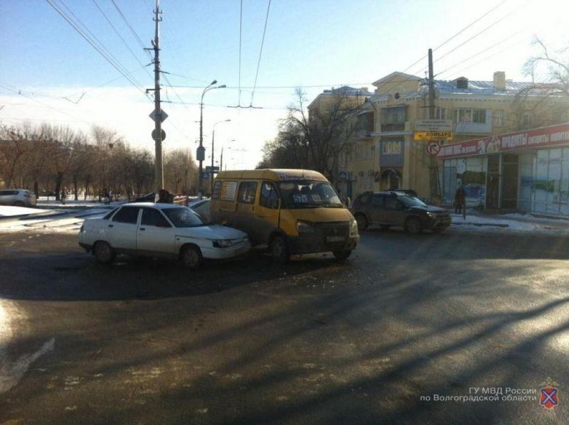 На севере Волгограда маршрутка попала в ДТП: пострадала пассажирка
