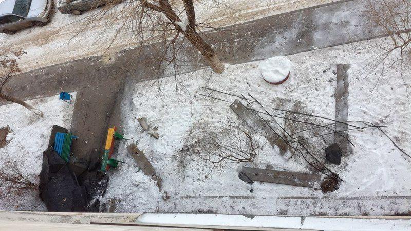 На севере Волгограда часть крыши с жилого дома рухнула вниз