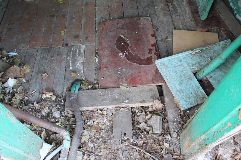 В Волгограде жильцы аварийного дома латают дыры подручными средствами
