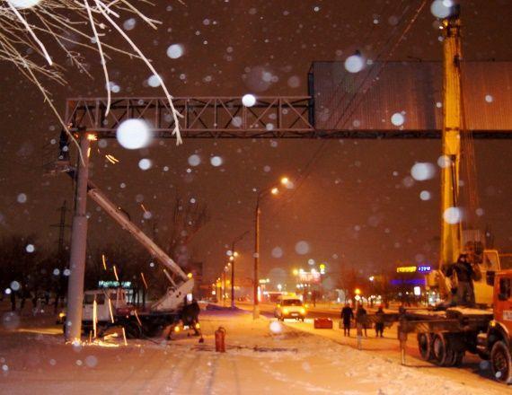В Дзержинском районе снесли 13-летнюю рекламную арку