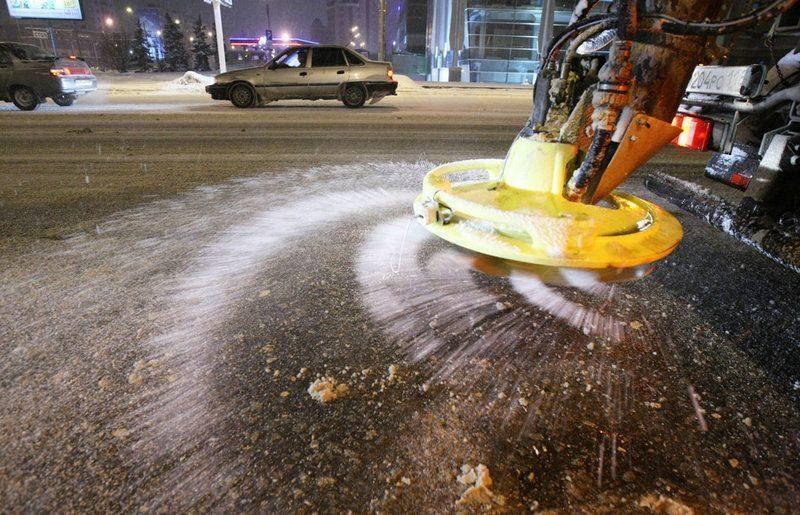 Экологи призывают отказаться от применения на дорогах химических реагентов