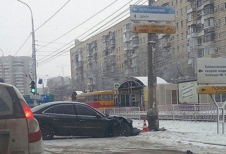 На юге Волгограда иномарка протаранила столб