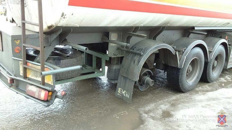 Оторвавшееся колесо грузовика влетело в медпункт на трассе под Волгоградом
