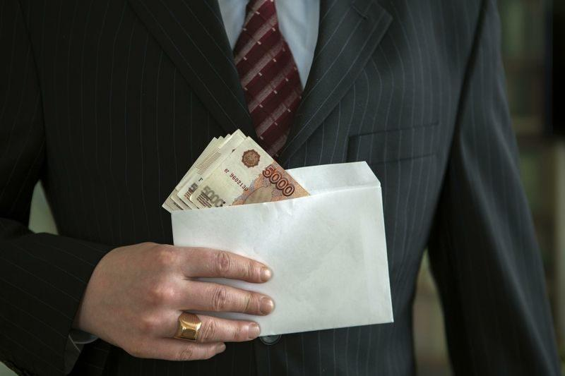 Должник пытался откупиться от пристава алкоголем, деньгами и конфетами