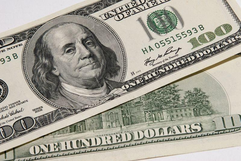 Мужчина попытался дать взятку в 500 долларов волгоградскому таможеннику