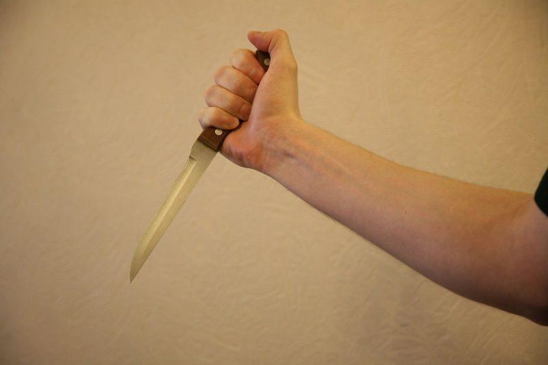 Волгоградка получила удар ножом от родной дочери