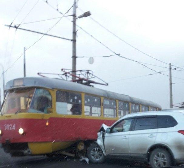 В Волгограде Нива протаранила трамвай
