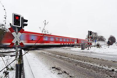 Поезд протаранил легковушку на переезде в Подмосковье: погибли три человека