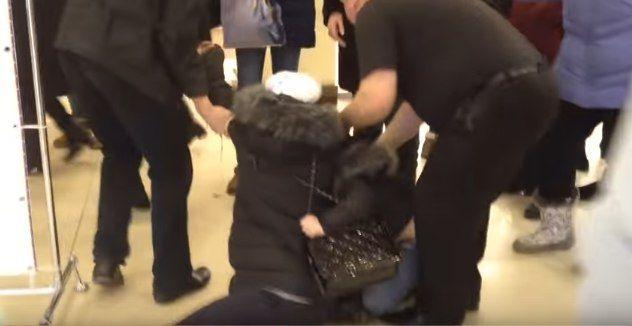 Охрана по полу выволокла мать с ребенком из торгового центра. ВИДЕО