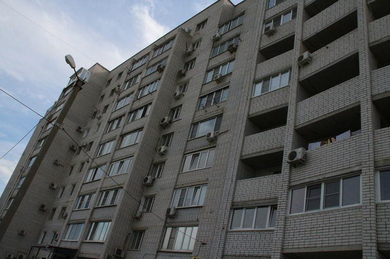 В Волгограде 1,5-годовалый ребенок оказался запертым на балконе