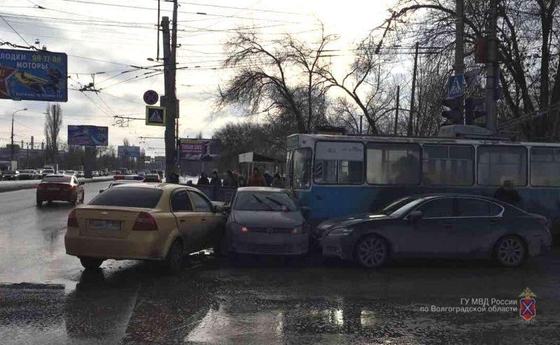 В Волгограде произошло массовое ДТП с троллейбусом